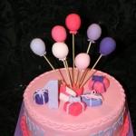 עוגת בלונים ומתנות לבת